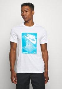 Nike Sportswear - FESTIVAL TEE - T-shirt con stampa - white/laser blue - 0