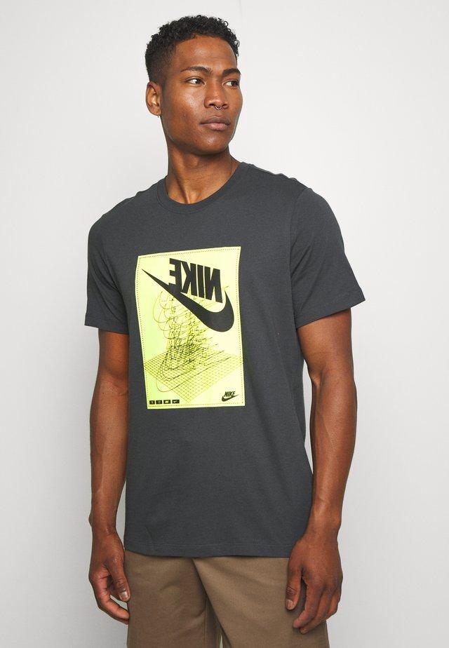 FESTIVAL TEE - T-shirt med print - smoke grey/ volt