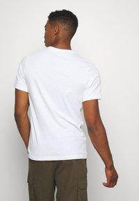 Nike Sportswear - FUTURA - T-shirts med print - white - 2