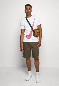 Nike Sportswear - FUTURA - T-shirts med print - white - 1