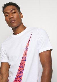 Nike Sportswear - FUTURA - T-shirts med print - white - 3