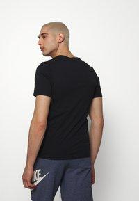 Nike Sportswear - M NSW TEE AIRATHON RUN THINGS - T-shirt con stampa - black - 2