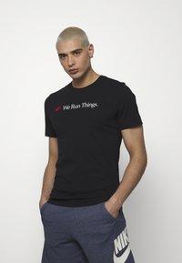 Nike Sportswear - M NSW TEE AIRATHON RUN THINGS - T-shirt con stampa - black - 0