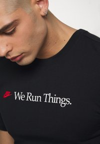 Nike Sportswear - M NSW TEE AIRATHON RUN THINGS - T-shirt con stampa - black - 4