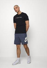 Nike Sportswear - M NSW TEE AIRATHON RUN THINGS - T-shirt con stampa - black - 1