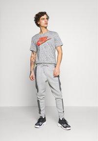 Nike Sportswear - PRINT PACK - Print T-shirt - grey heather - 1