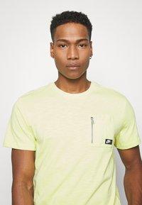 Nike Sportswear - Basic T-shirt - limelight - 3