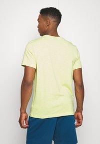 Nike Sportswear - Basic T-shirt - limelight - 2