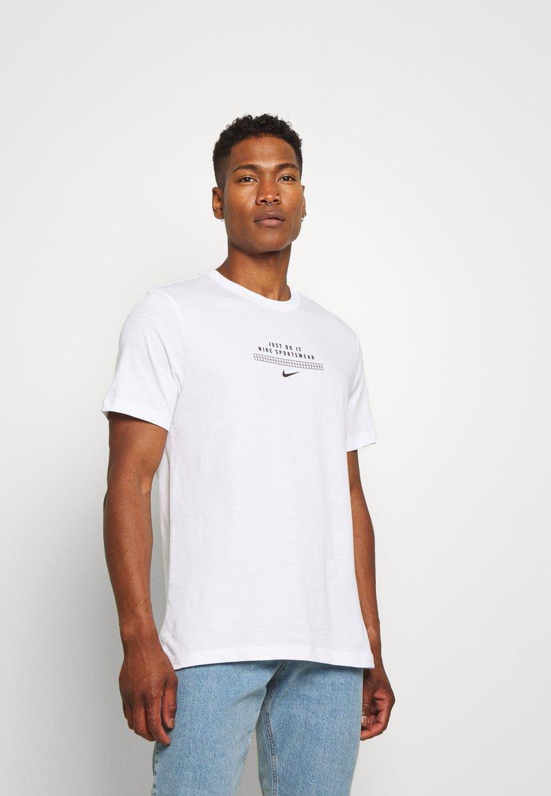 Nike Sportswear - TEE - Print T-shirt - white/black
