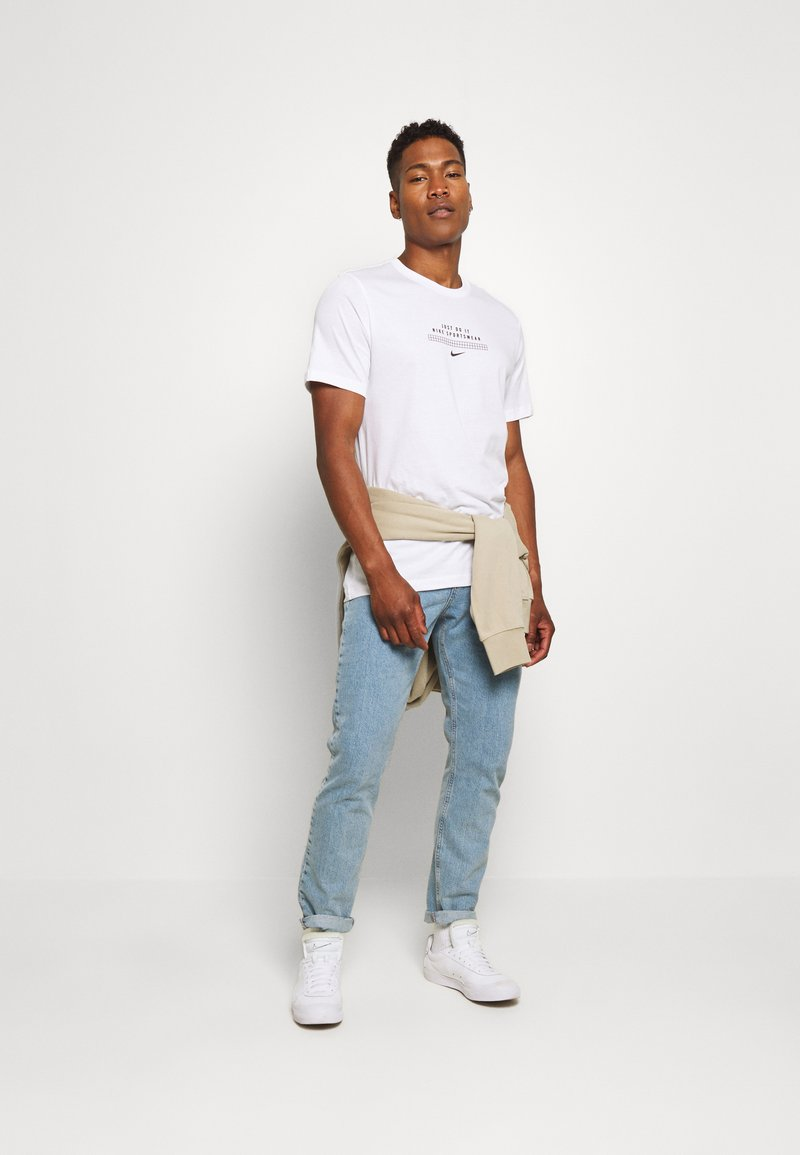 Nike Sportswear TEE - T-shirt con stampa - white/black iJfcu1 vendita online