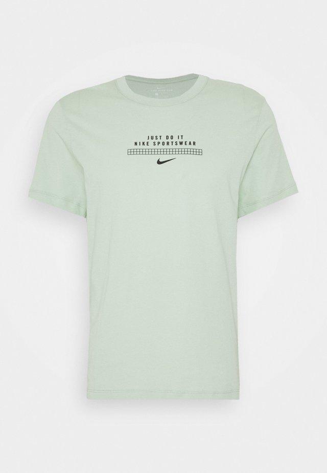 TEE - Print T-shirt - pistachio frost/black