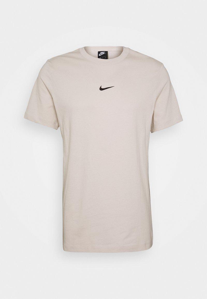 Nike Sportswear - TEE - Printtipaita - light orewood brown
