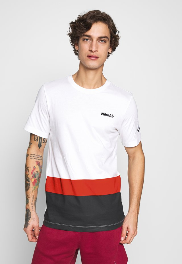 M NSW AIR SS TEE BLOCKED - T-shirt con stampa - white/university red