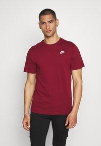 Nike Sportswear - CLUB TEE - T-shirt imprimé - team red - 0