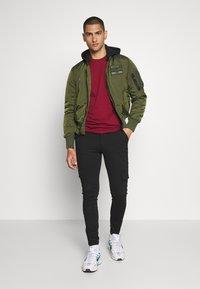 Nike Sportswear - CLUB TEE - T-shirt imprimé - team red - 1
