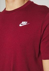 Nike Sportswear - CLUB TEE - T-shirt imprimé - team red - 5