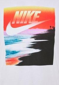 Nike Sportswear - TEE SUMMER PHOTO - T-shirt z nadrukiem - white - 2