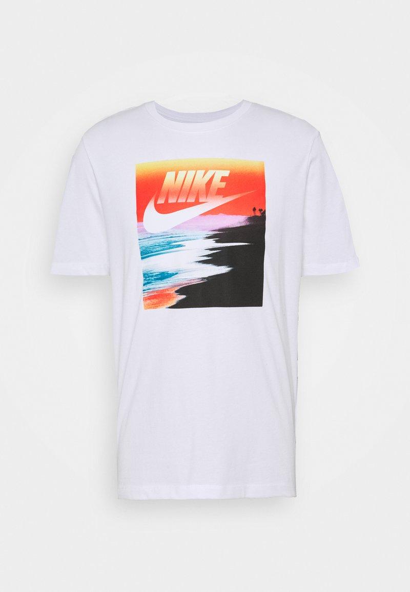 Nike Sportswear - TEE SUMMER PHOTO - T-shirt z nadrukiem - white