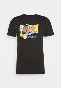 Nike Sportswear - TEE SUMMER FUTURA - T-shirt z nadrukiem - black - 0
