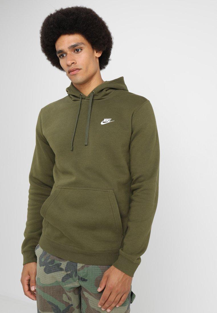 Nike Sportswear - CLUB HOODIE - Kapuzenpullover - olive/olive/white