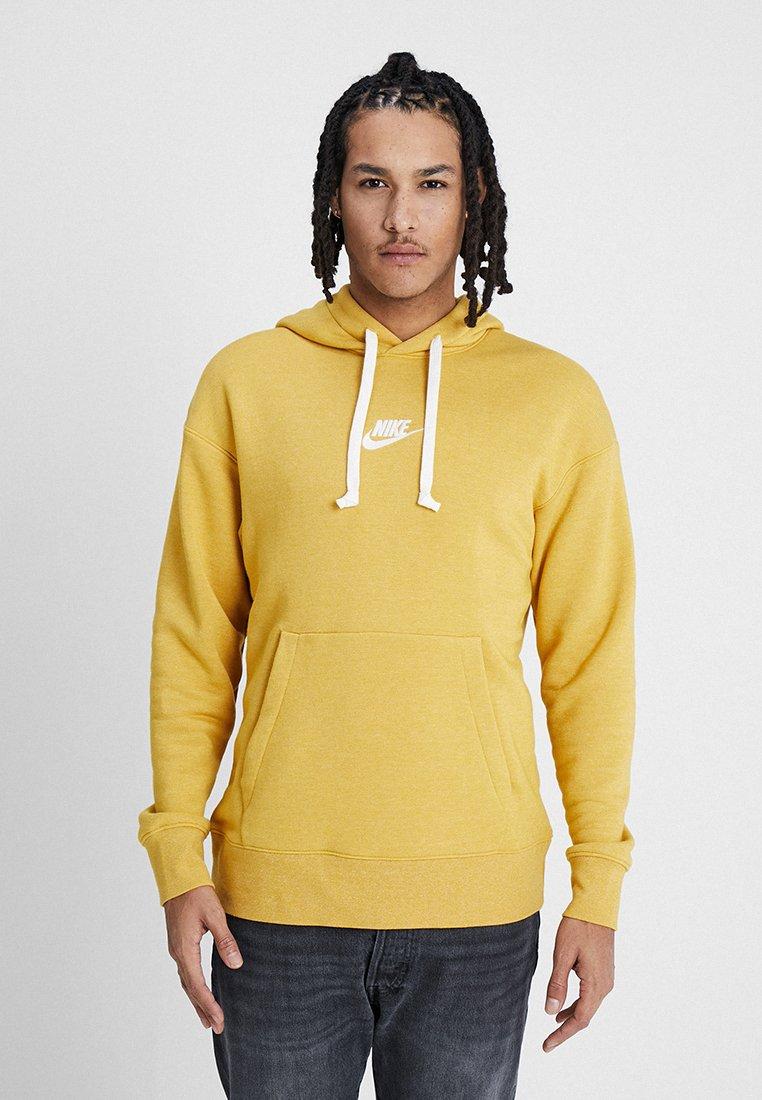Nike Sportswear - HERITAGE HOODIE - Hoodie - gold dart