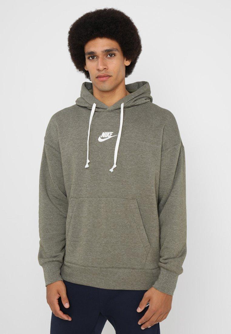 Nike Sportswear - HERITAGE HOODIE - Jersey con capucha - olive/heather/sail