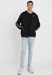 Nike Sportswear - REPEAT HOOD - Chaqueta de entrenamiento - black/white - 1