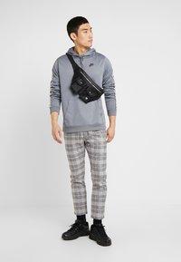 Nike Sportswear - REPEAT HOOD - Bluza z kapturem - cool grey - 1