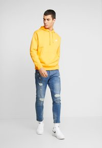Nike Sportswear - CLUB HOODIE - Bluza z kapturem - kumquat/white - 1