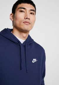 Nike Sportswear - CLUB HOODIE - Bluza z kapturem - midnight navy/white - 3