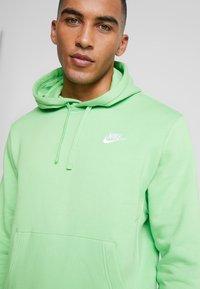 Nike Sportswear - CLUB HOODIE - Luvtröja - green, white - 4