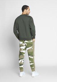 Nike Sportswear - CLUB - Sweater - sequoia/white - 2