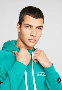 Nike Sportswear - HOODIE - Sudadera con cremallera - mystic green/white/black - 4