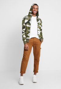 Nike Sportswear - CLUB HOODIE - veste en sweat zippée - medium olive/summit white - 1