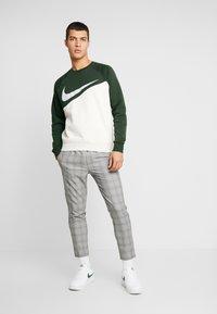 Nike Sportswear - CREW - Sweater - oatmeal heather/sequoia/white - 1