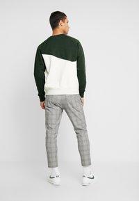 Nike Sportswear - CREW - Sweater - oatmeal heather/sequoia/white - 2