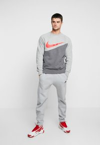 Nike Sportswear - CREW - Sweater - charcoal heathr/dark grey heather/university red - 1