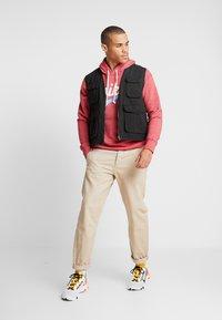 Nike Sportswear - HERITAGE HOODIE  - Hoodie - gym red - 1