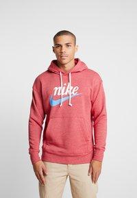 Nike Sportswear - HERITAGE HOODIE  - Hoodie - gym red - 0