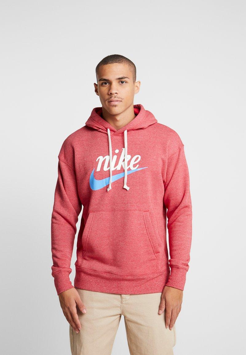 Nike Sportswear - HERITAGE HOODIE  - Hoodie - gym red