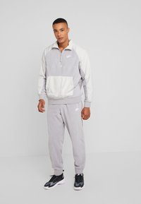 Nike Sportswear - WINTER - Fleece trui - atmosphere grey/light bone/white - 1