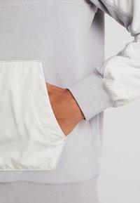 Nike Sportswear - WINTER - Fleece trui - atmosphere grey/light bone/white - 5