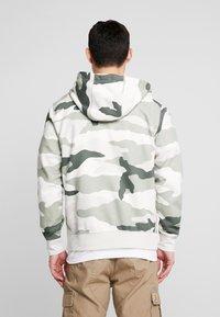 Nike Sportswear - CLUB HOODIE CAMO - Hettejakke - jade horizon/light bone/summit white - 2