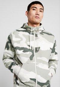 Nike Sportswear - CLUB HOODIE CAMO - Hettejakke - jade horizon/light bone/summit white - 4