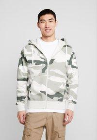 Nike Sportswear - CLUB HOODIE CAMO - Hettejakke - jade horizon/light bone/summit white - 0