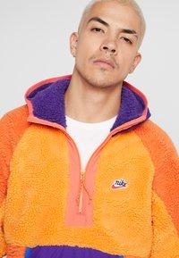 Nike Sportswear - HOODIE - Sweat à capuche - kumquat/court purple/starfish - 4