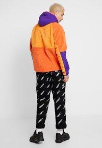 Nike Sportswear - HOODIE - Sweat à capuche - kumquat/court purple/starfish - 2