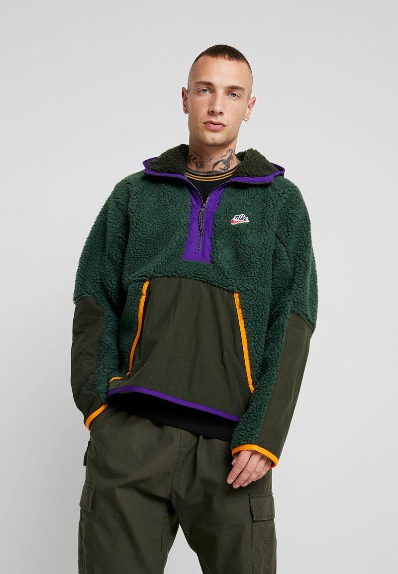 Nike Sportswear - HOODIE - Hættetrøjer - galactic jade/sequoia/kumquat