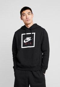 Nike Sportswear - M NSW PO HOODIE NIKE AIR 5 - Jersey con capucha - black/white - 0