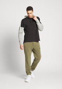 Nike Sportswear - Jersey con capucha - black/dk grey heather/sail/(white) - 1